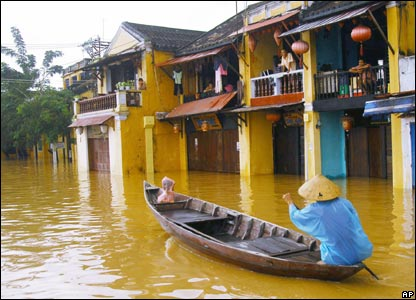 A man uses a boat to get through the streets of Hoi An, 31/10