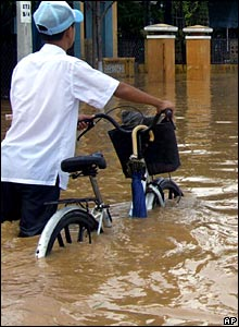 Students wading through a flooded street in Quang Nam, 03/11