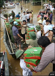 Rescuers deliver boxes of instant noodles in Thach Thanh, 08/10