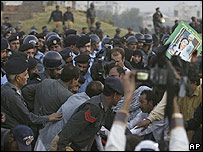 Police with Benazir Bhutto supporters in Islamabad, 7 November 2007