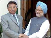 Pakistani President Musharraf (left) and Indian PM Manmohan Singh in Delhi April 2005
