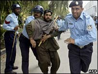 Police arrest protester in Islamabad, 8 November 2007