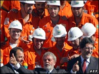 Brazilian President Luiz Inacio Lula da Silva (C) with Petrobras technicians, Petrobras president Sergio Gabrielli (R) and Rio de Janeiro's governor Sergio Cabral (file pic)