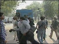 صحفيون أثناء اعتقال أنصار لبوتو، 9 نوفمبر/تشرين الثاني 2007