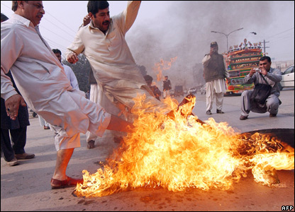 Pakistan People's Party (PPP) activists set fire to tyres in Peshawar, 9 November 2007