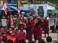 Manifestación de monjes budistas birmanos