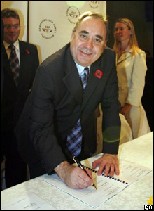 Alex Salmond signs the contract to host the Commonwealth Games in Glasgow  in 2014