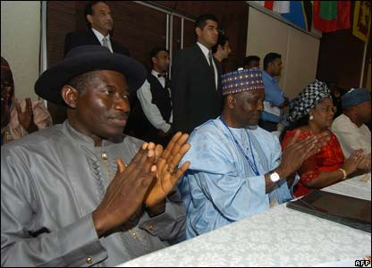 Nigerian vice president Goodluck Jonathan (left) and chair of the Abuja 2014 games bid Yakubu Gowan (second left) clap after Glasgow's win.