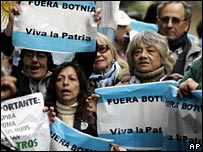 Argentines protest against a paper mill in Uruguay (file)