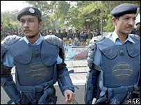 Pakistani riot policemen stand guard outside the residence of Benazir Bhutto 9-11-07