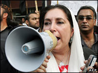 Benazir Bhutto addressing journalists in Islamabad 10-11-07