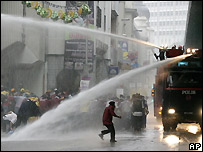 Water cannon spray protesters in Kuala Lumpur - 10/11/2007