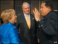 El rey Juan Carlos de Espa�a (centro), Michelle Bachelet (izq) y Hugo Ch�vez