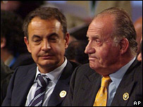 Mr Zapatero (l) and King Juan Carlos in Santiago, 10 November 2007