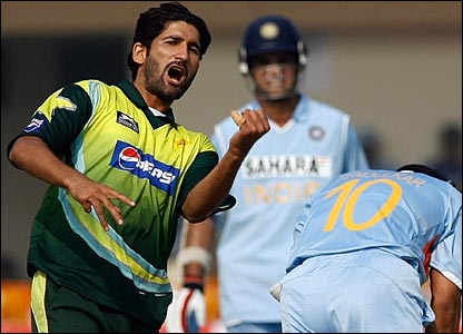 ndia get off to a great start but seamer Sohail Tanvir pegs them back, dismissing Sachin Tendulkar for 29
