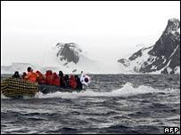 A boat transports Ban Ki-moon during his visit to Antarctica on 9 November 2007