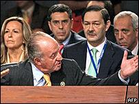 El rey Juan Carlos pide a Chávez que se calle