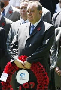 Alex Salmond holding a wreath