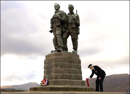 A commando veteran lays a wreath at the Commando War Memorial.