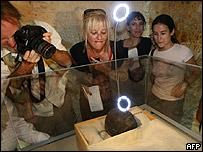 Periodista ven el rostro de Tutankamón.