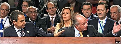 Jos� Luis Rodr�guez Zapatero y el rey Juan Carlos dirigi�ndose a Ch�vez