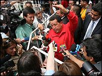 Hugo Ch�vez rodeado por periodistas, este fin de semana en Santiago