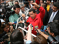 Hugo Chávez rodeado por periodistas, este fin de semana en Santiago