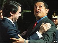 Jos� Mar�a Aznar y Hugo Ch�vez abrazados, en 2000