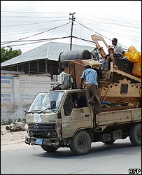 Somalis ride a truck laden with their belongings as they leave their neighbourhoods