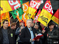 CGT Railway leader at the state-owned SNCF railway company, Didier Le Reste (C), speaks during a meeting with union members to discuss the strike (12 November 2007)