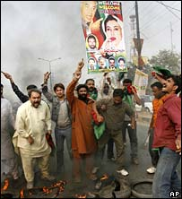Bhutto supporters in Lahore, 13 November 2007