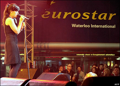 Lily Allen sings at Waterloo