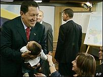Hugo Chávez presenta su nieto a la prensa
