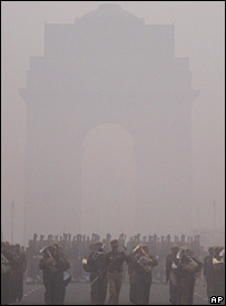 Fog envelopes India Gate
