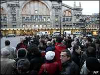 Bus queues outside the Gard du Nord (14 November 2007)