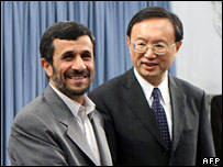 Iranian President Mahmoud Ahmadinejad (L) shakes hands with Chinese Foreign Minister Yang Jiechi during a meeting in Tehran (13/11/2007)