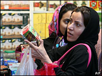 Iranian woman shopping at Tehran's main bazaar in Iran (25/10/2007)