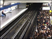 People gather on the metro platform at the Chatelet station, 14 November 2007 in Paris