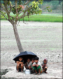 Rain hit locals on the banks of the River Jamuna, 15 November 2007