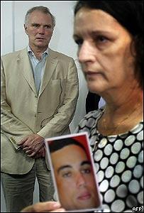 Philip Alston con Marizete Rangel, madre de un joven asesinado por la policía brasileña