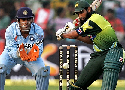 Mahendra Dhoni watches Yousuf cut