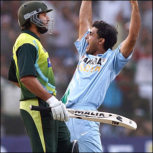 Ganguly celebrates right in front of Afridi