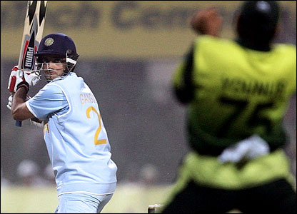Ganguly edges Shoaib to slip