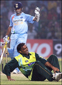 Tendulkar apologies while Shoaib clutches his ankle in agony