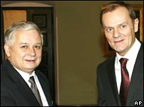 Polish President Lech Kaczynski (L) greets PM Donald Tusk in Warsaw on 14 November