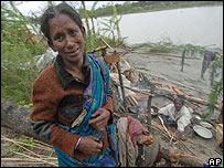 Mujer afectada por el ciclón en Bangladesh.