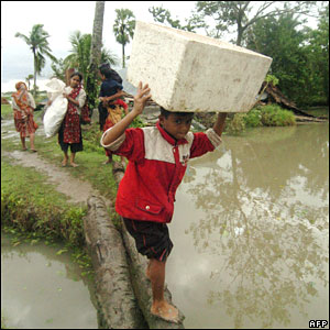 Cyclone refugees in Mongla, southern Bangladesh, on Friday 16 November 2007