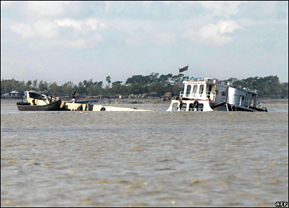 A ship devastated during Cyclone Sidr drifts at Mongla river, 16 November 2007