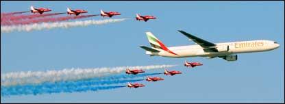 السهام الحمر مع طائرة الامارات