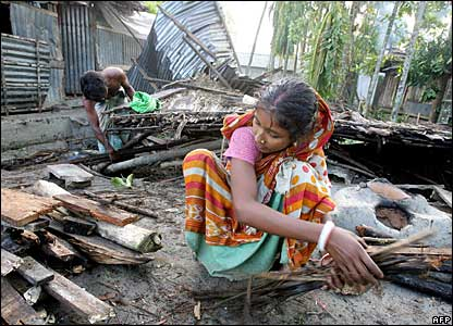A couple clear debris in Bagherhat, Bangladesh, 17 November 2007